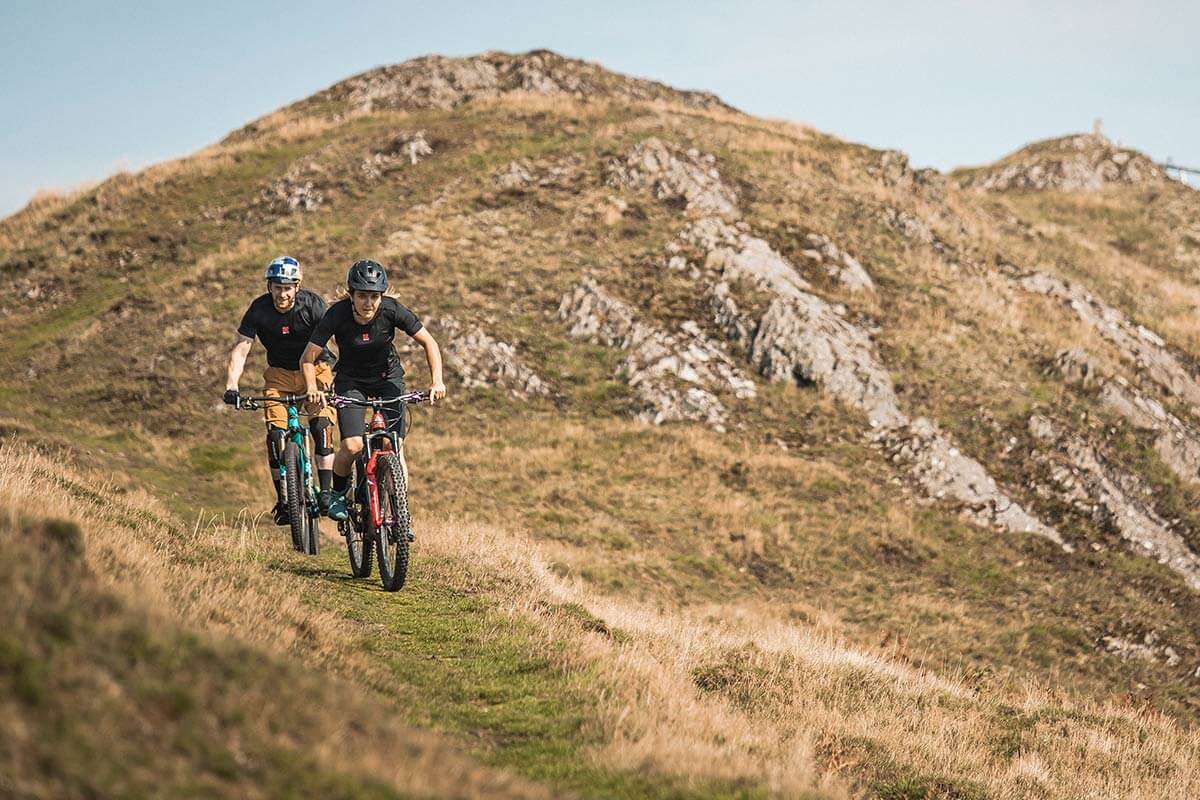 Duas pessoas praticando Moutain Biking em uma trilha