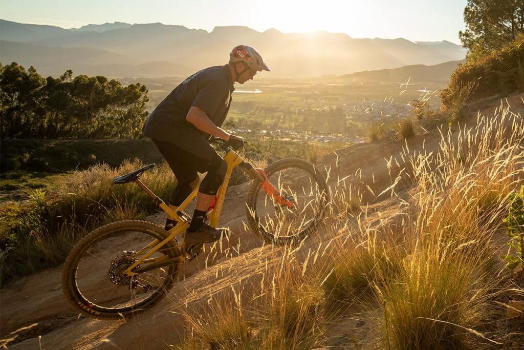 Homem praticando ciclismo nas montanhas