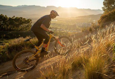mountain bike su un sentiero in salita