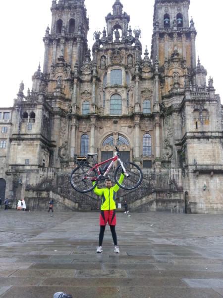 Viktor vor der Kathedrale Santiago