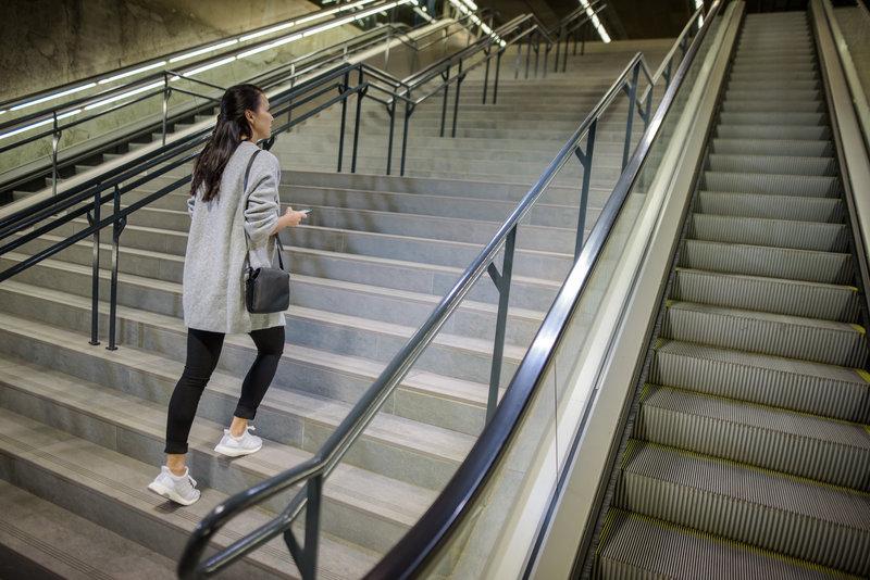 Una donna che fa le scale
