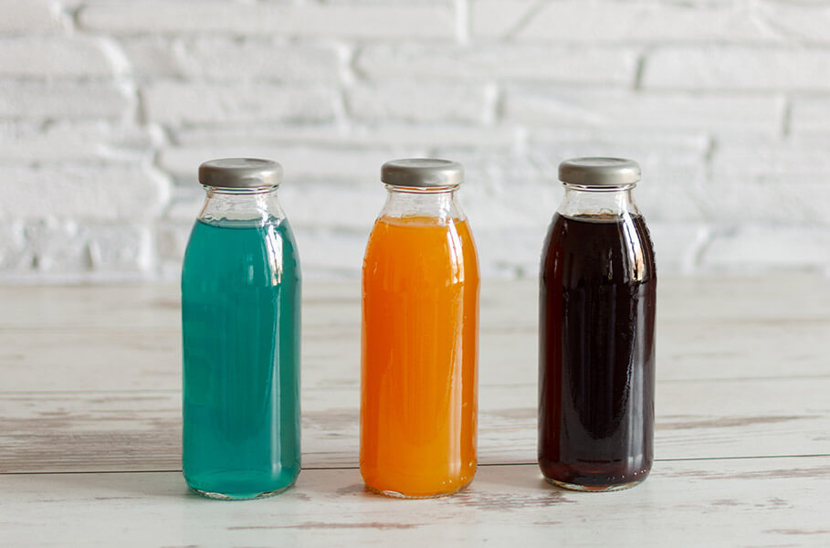 Garrafas contendo bebidas esportivas: isotônicos caseiros
