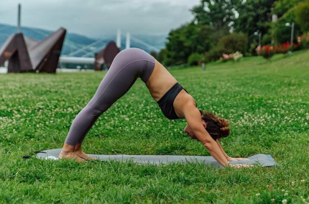 Yoga per i runner: posizione del cane