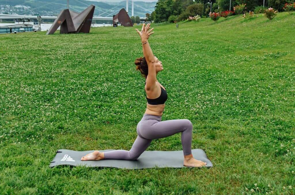 Mulher praticando yoga para tonificar o corpo