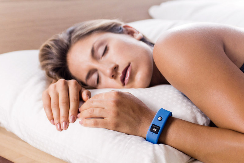 Bild einer jungen Frau beim Schlafen im Bett.