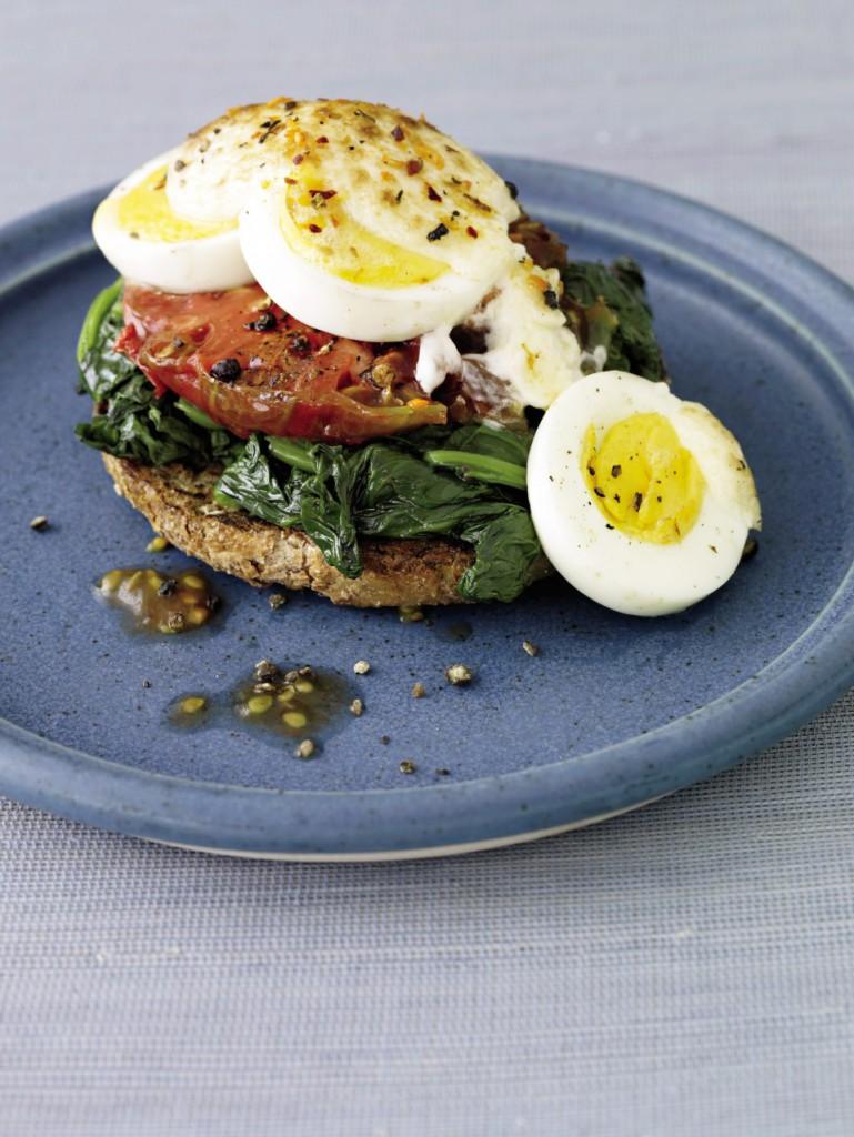 Sándwich con huevo, espinacas y tomate