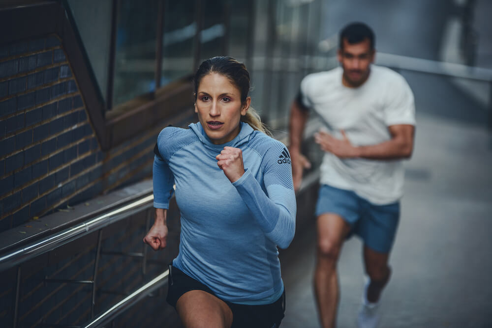 Mulher correndo em rampa, homem correndo atrás dela
