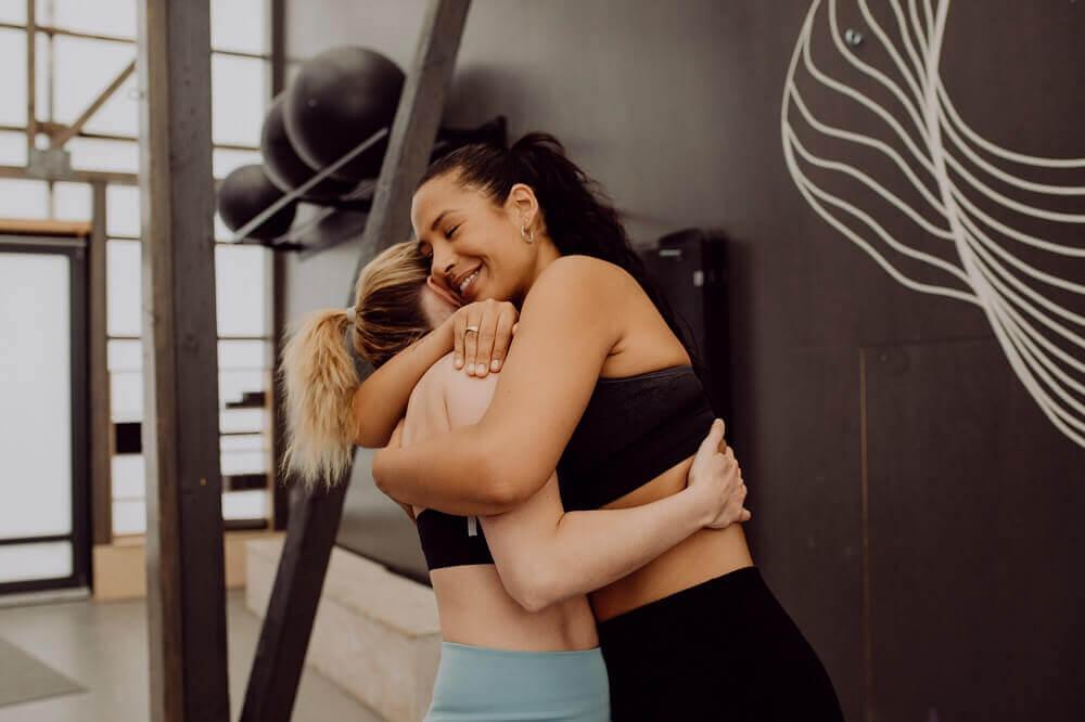 Duas mulheres se abraçando