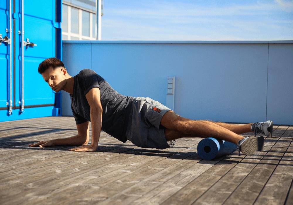 Homem massageando a lateral da panturrilha com o foam roller