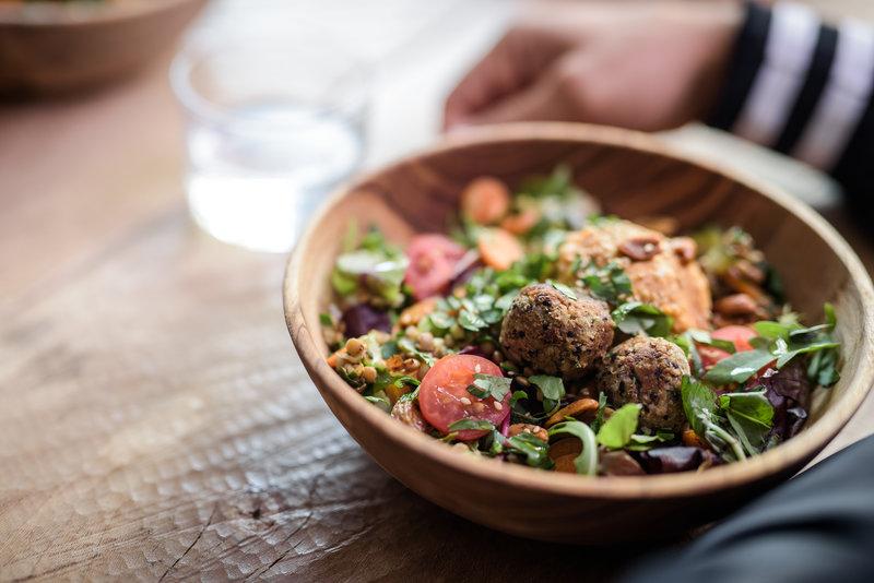 Una comida equilibrada en un plato de madera
