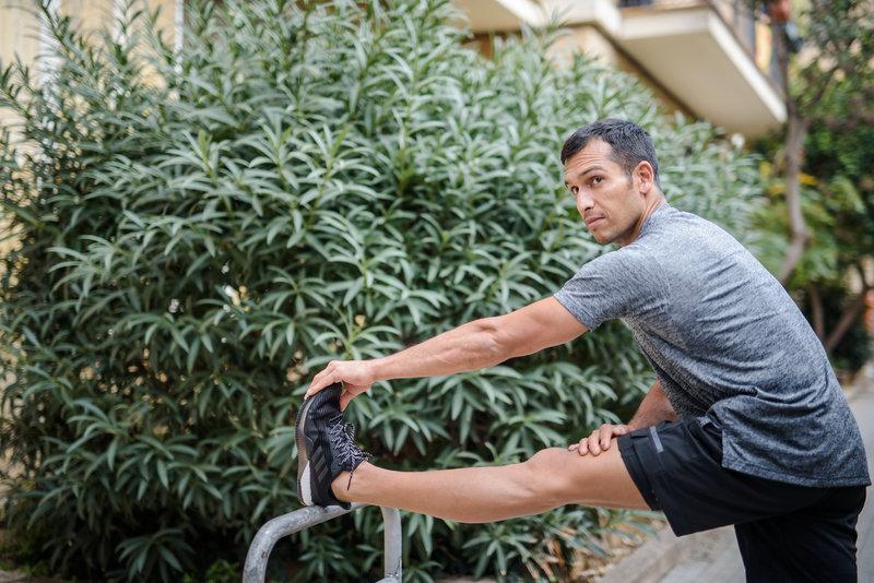 Ein Mann dehnt sich nach dem Laufen