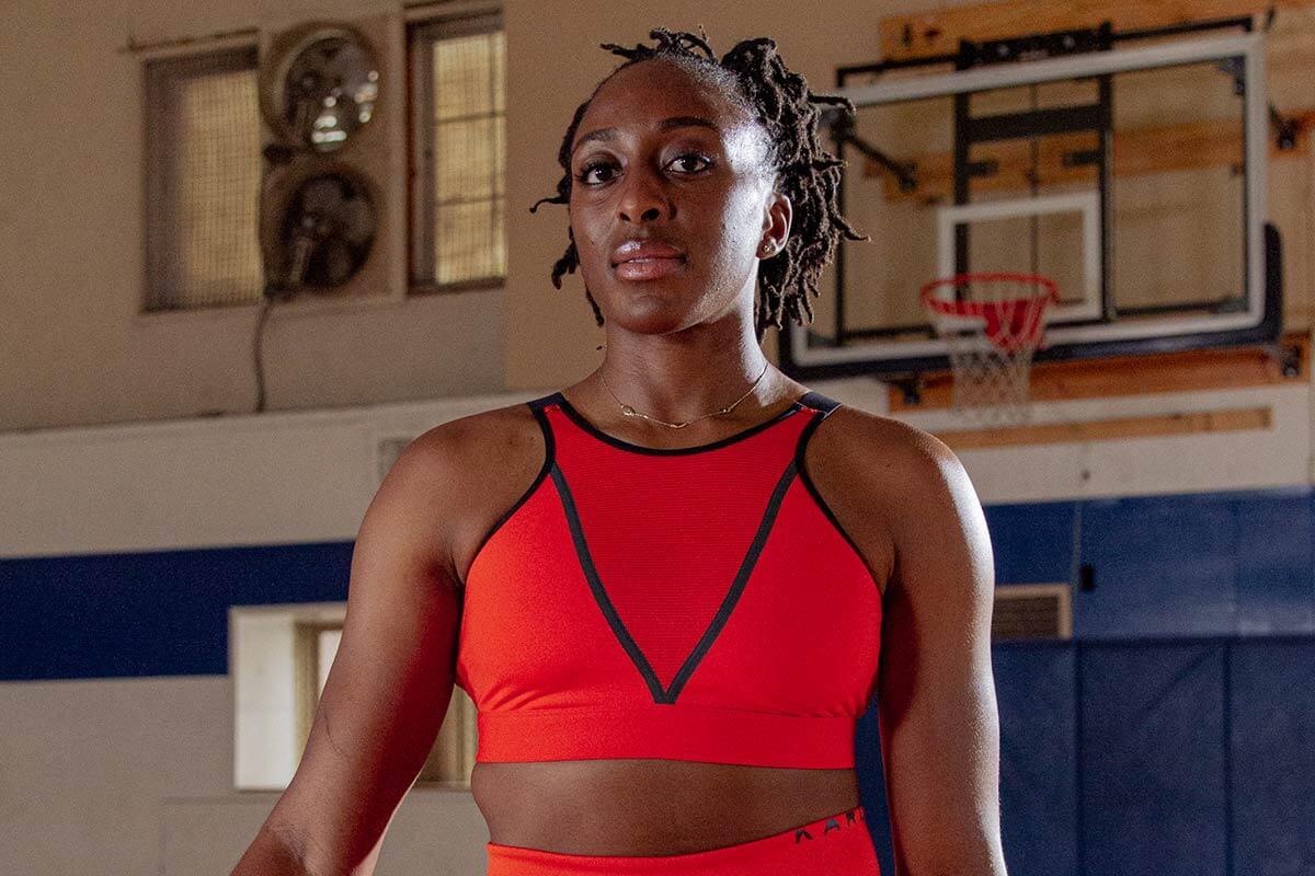 jogadora de basquete em uma quadra
