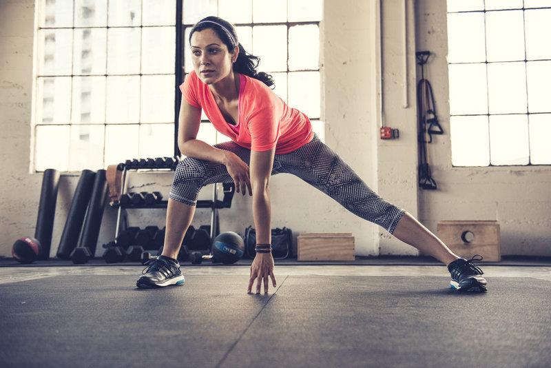 Junge Frau beim Bodyweight Training