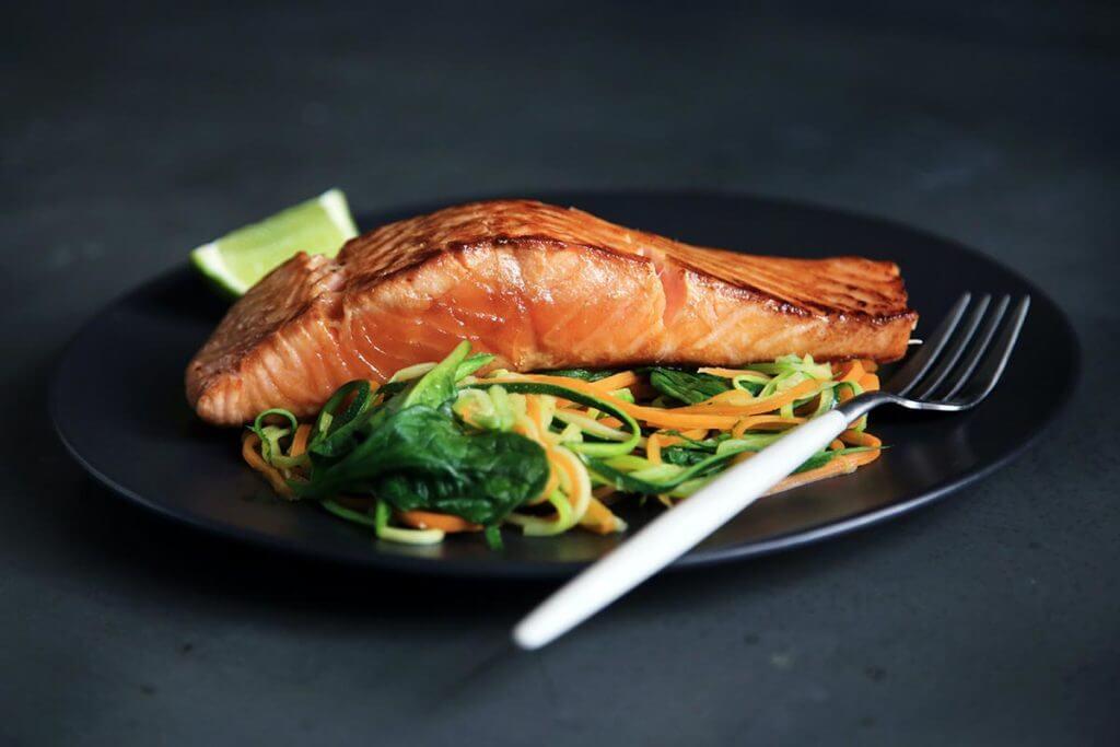 Prato com posta de salmão e salada