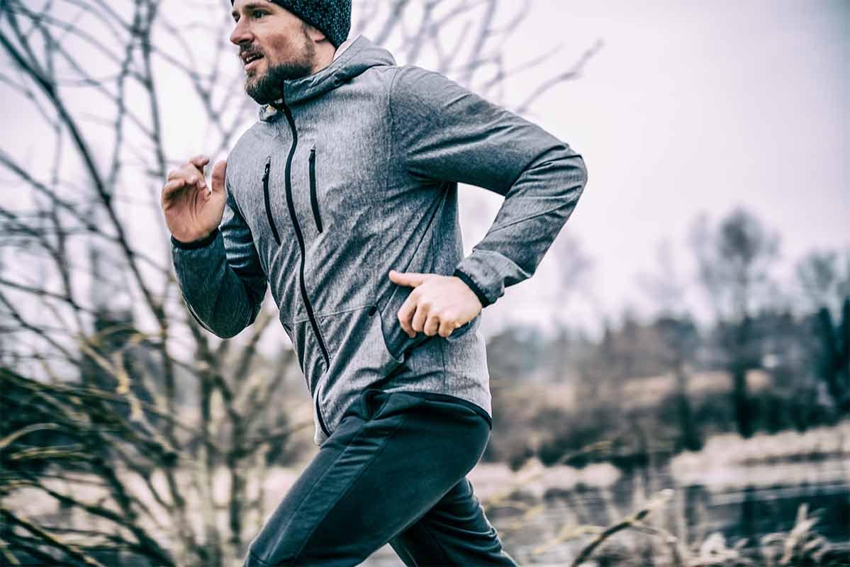 Ein Mann läuft draußen im Winter