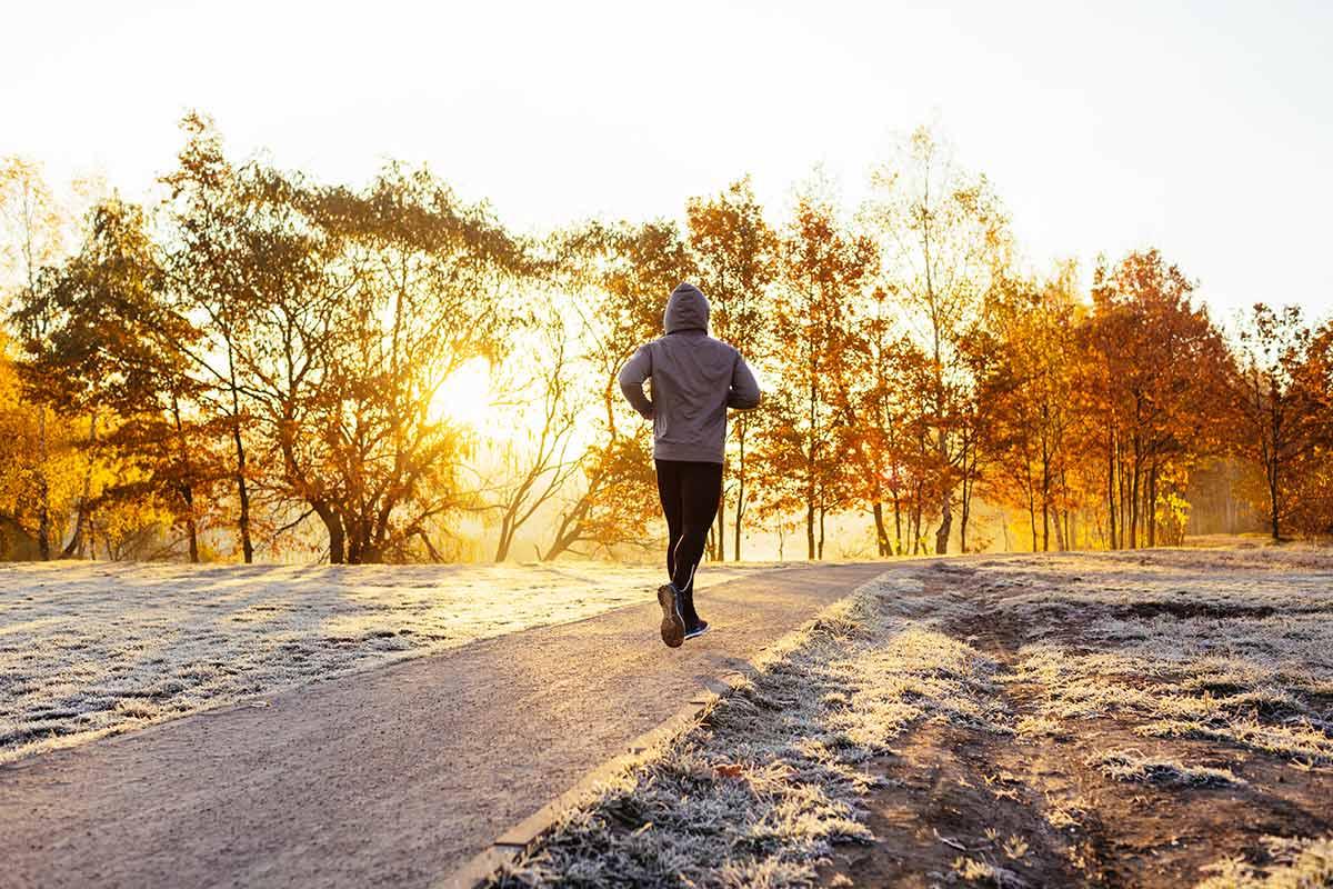 Ein Mann läuft im Winter am Morgen