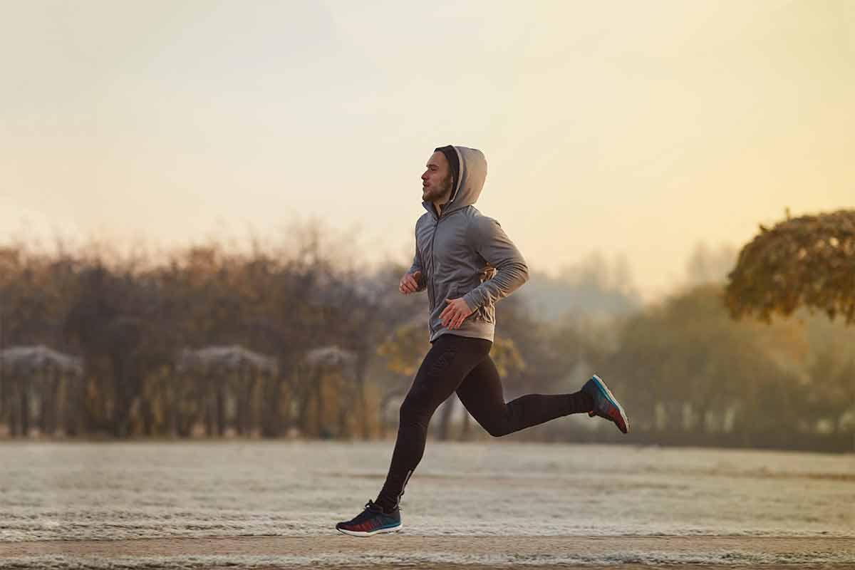 Un hombre corriendo en invierno