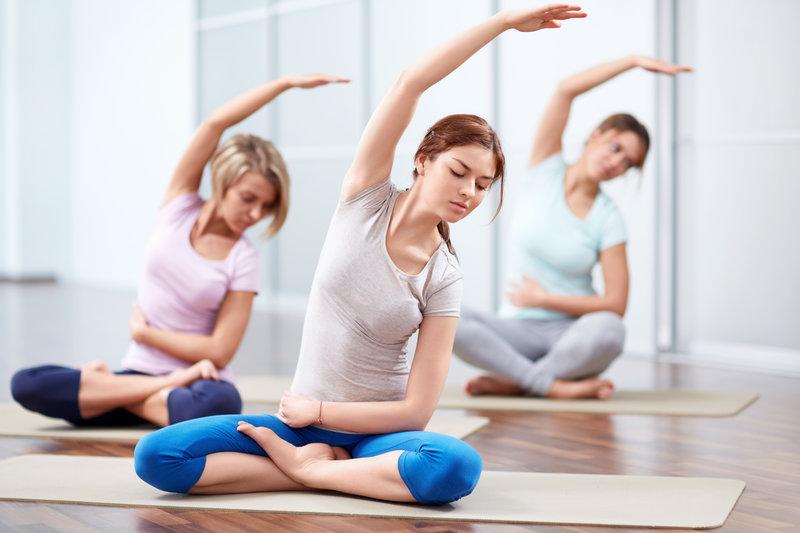 Junge Frauen beim Yoga