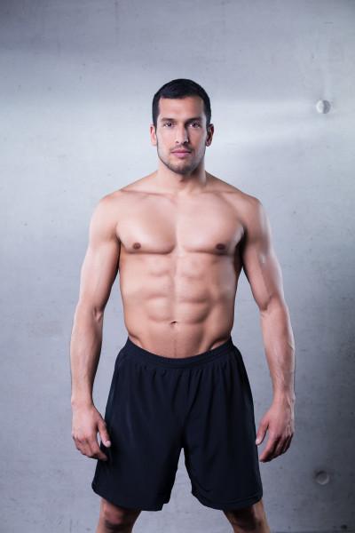 Athletischer Mann in einer kurzen schwarzen Trainingshose