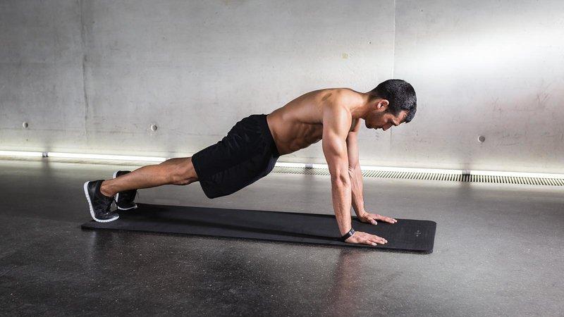 Fitnessathlet macht eine High Plank