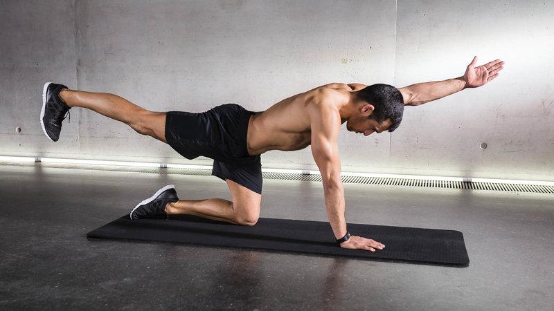 Fitnessathlete doing Quadruped Limb Raises