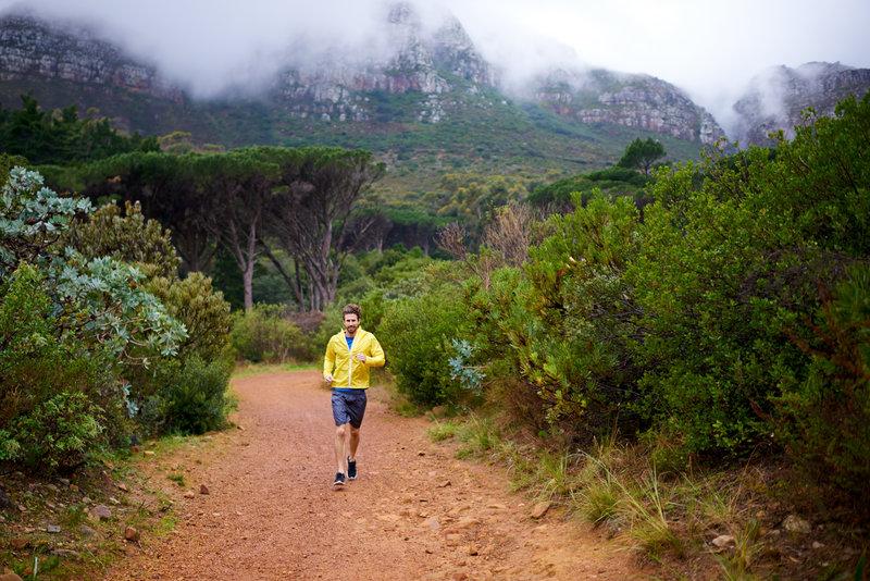 Junger Mann beim Traillaufen in Australien.