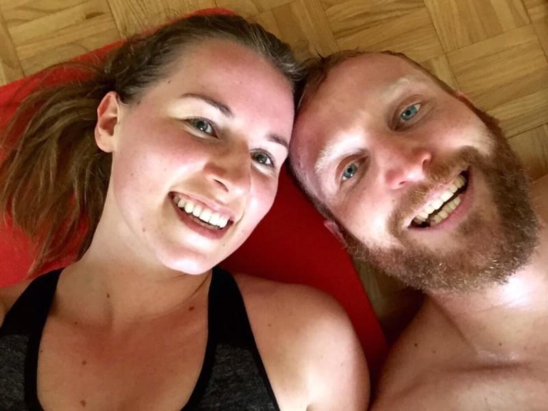 Junges Paar nach ihrem gemeinsamen Workout auf der Matte