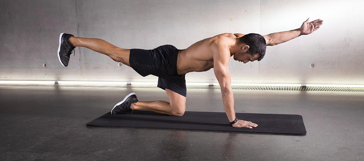 Un dos puissant avec 10 exercices de musculation à faire à la maison