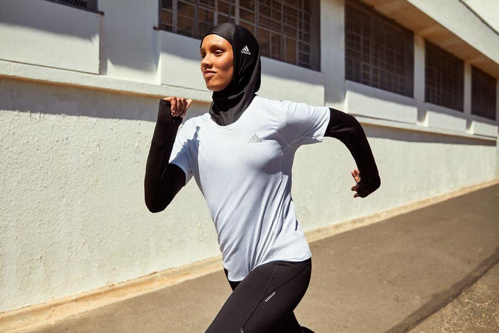 una donna corre all'aperto
