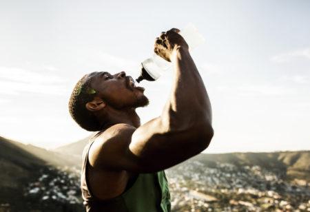Hombre bebiendo agua