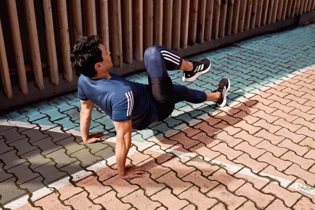 un uomo esegue degli esercizi per le braccia per tonificare tricipiti e bicipiti