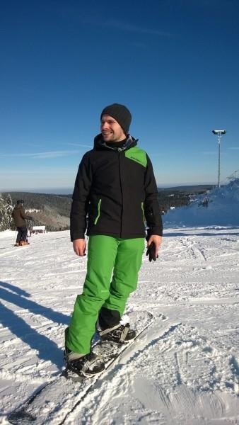 Junger Mann am Snowboard.