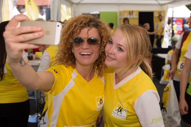 Popstar Lucy von den No Angels macht ein Selfie mit einem Fan.