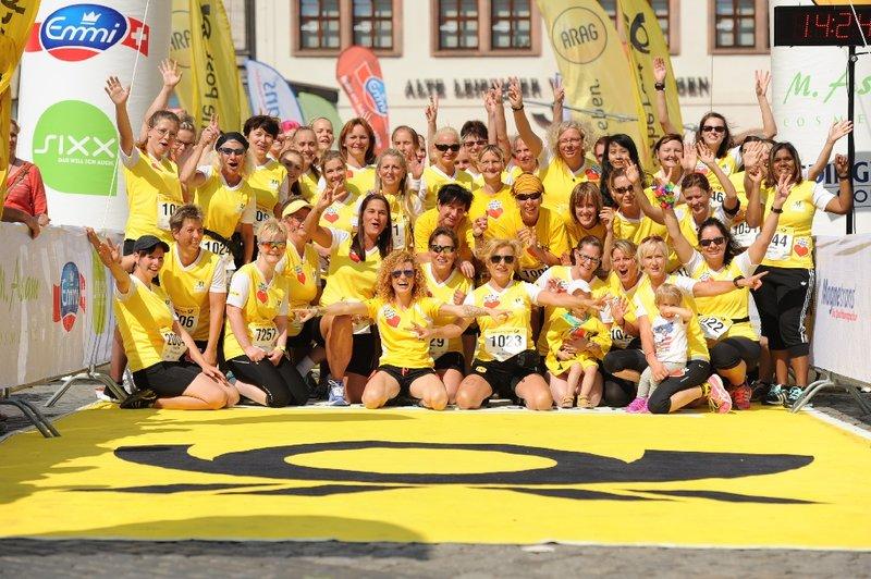 Gruppe von Laeuferinnen im Ziel beim Deutsche Post Ladies Run.
