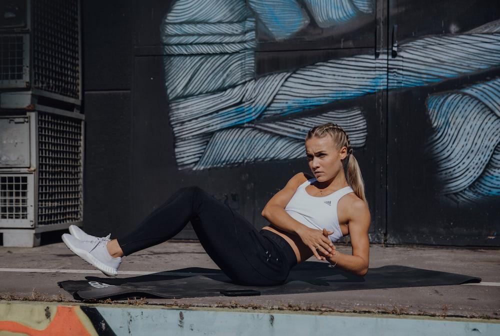 une femme fait des exercices au sol