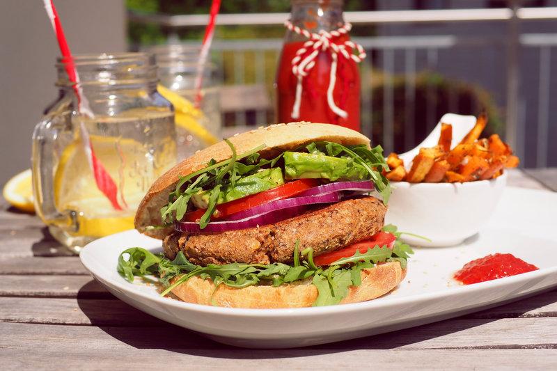 barbecue santé : Hamburgers végétariens avec petits pains faits-maison et frites de patates douces et de carottes.