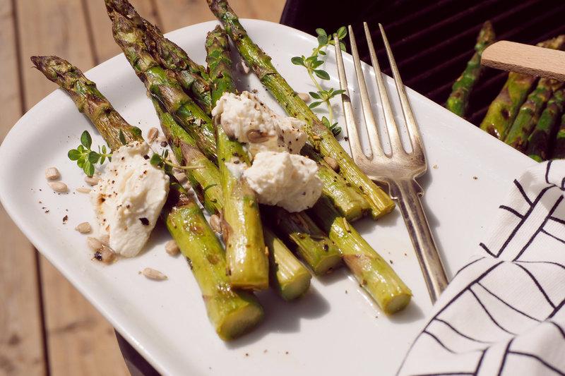 grillade santé : asperges vertes au barbecue avec du thym, du romarin et fromage de chèvre frais