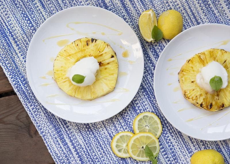 Zitronensorbet auf glasierter Ananas.