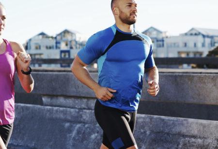 Ein sportlicher Mann und eine sportliche Frau beim laufen.