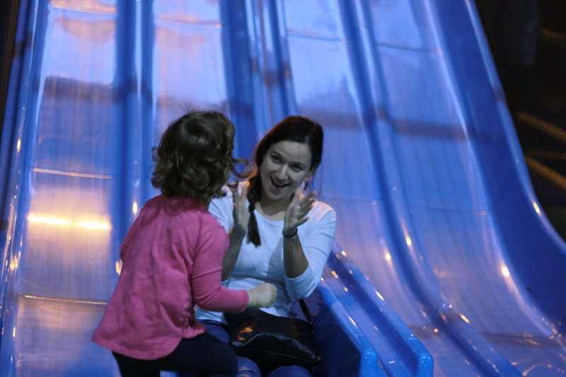 Eine Mama klatscht mit ihrer Tochter gemeinsam in die Hände.