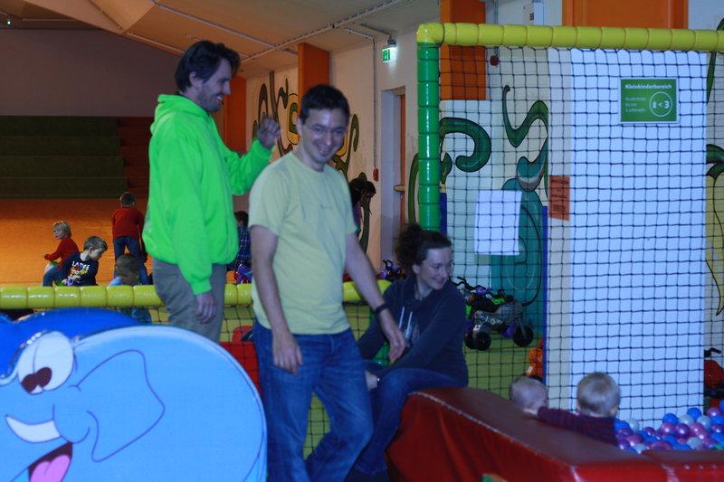 Kids Play Day - Eltern und Kinder spielen zusammen.