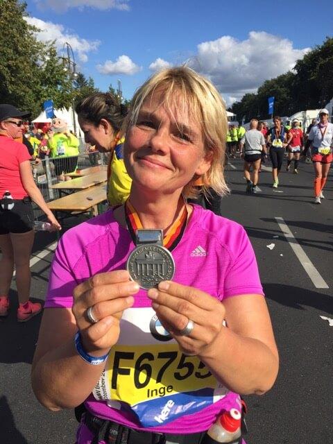 Inke mit einer Teilnahmemedaille des Berlin Marathon.