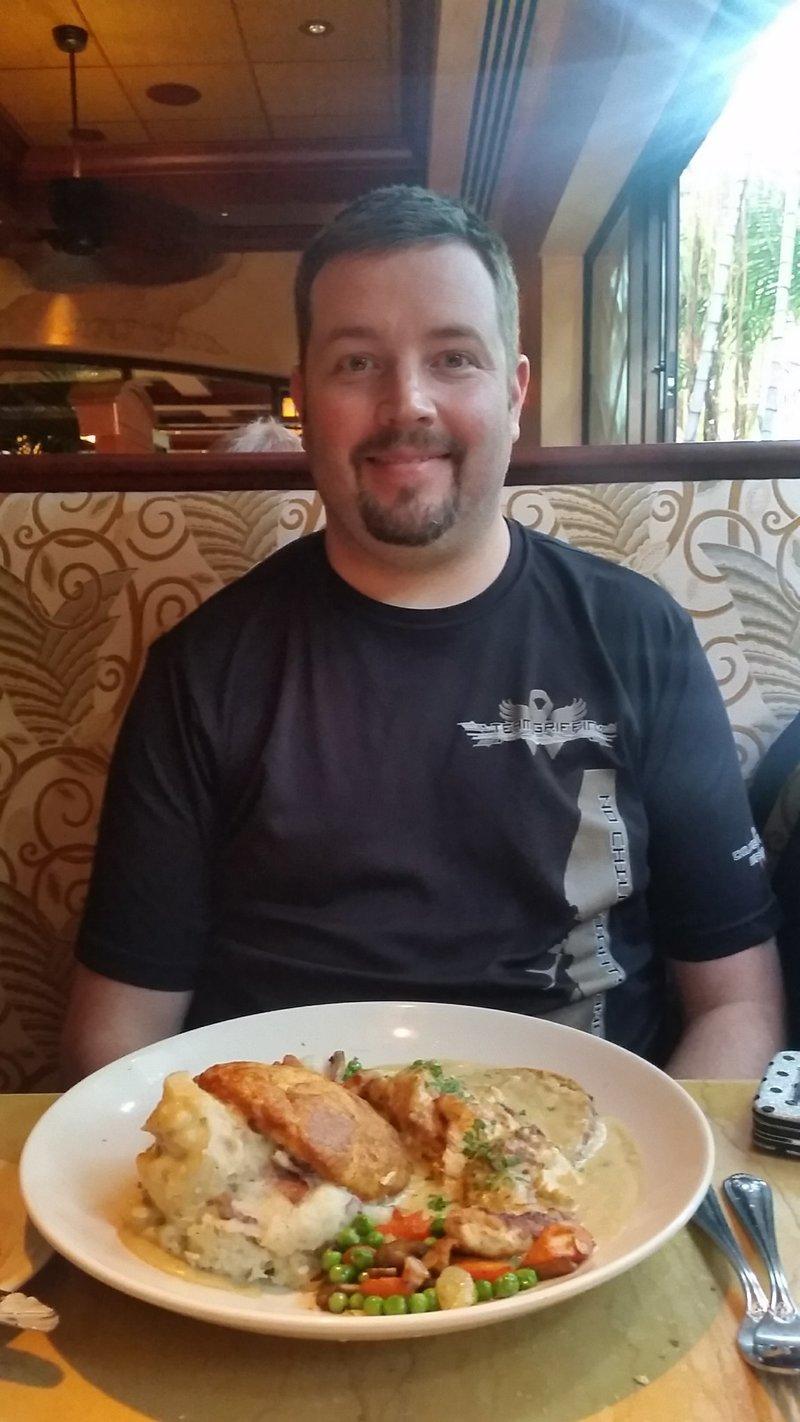 Travis im Restaurant.