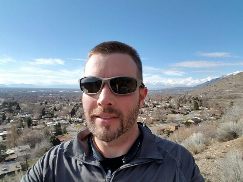Travis mit Bergen im Hintergrund.
