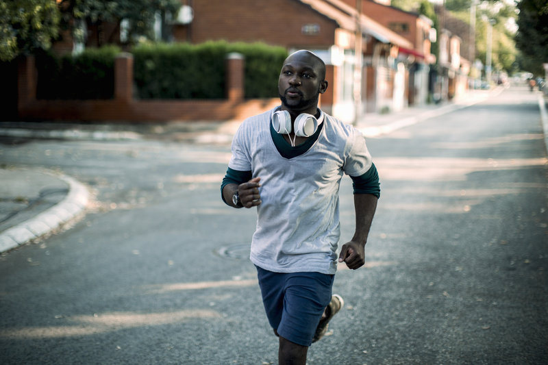 Bild von einem jungen Mann der läuft.