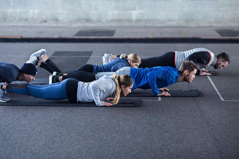 Grupo de gente haciendo un plank