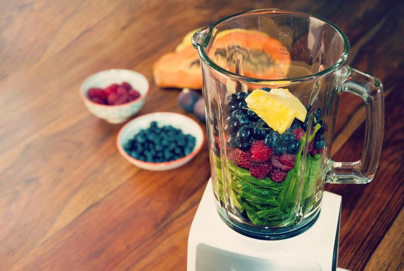 Licuadora con frutas y verduras