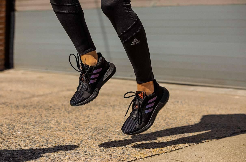 Mulher pulando com tênis de corrida