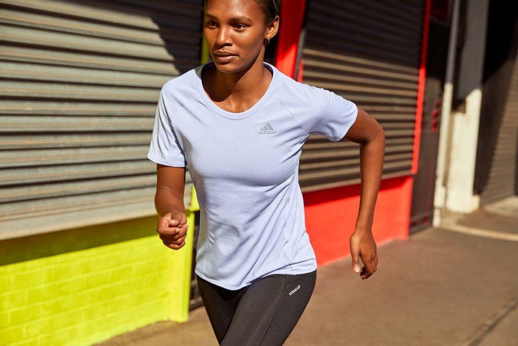 Une femme qui s'entraîne pour un marathon