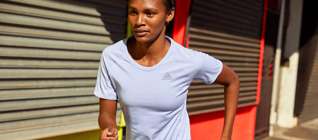 Frau läuft Marathon